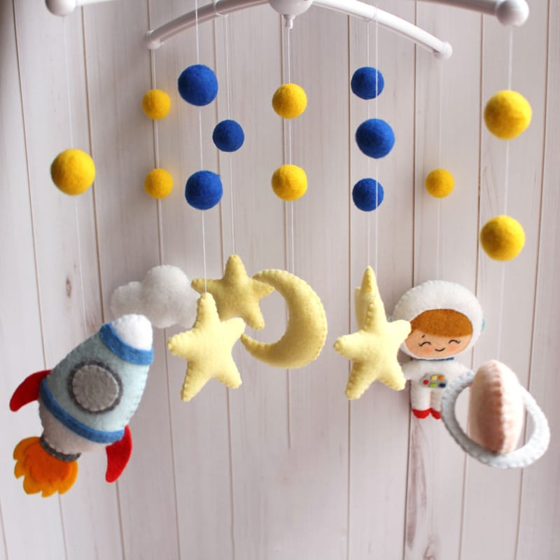 Мобиль в детскую кроватку новорожденному мальчику Космонавт