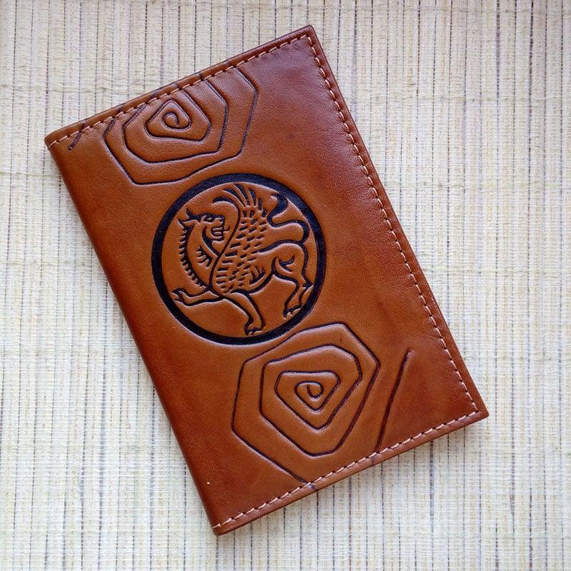 Шкіряна обкладинка в подарунок на паспорт Грифон Brown leather