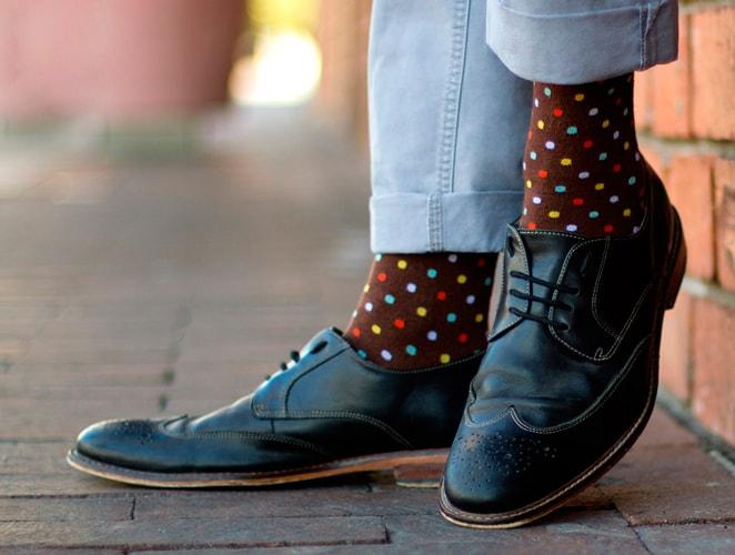 яркие носки с точками